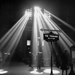 """Jack Delano""""Sunbeams in Chicago's Station""""-stampa d'Autore fotografica in bianco e nero ufficiale. Poster,Canvas o Quadro Pronto"""