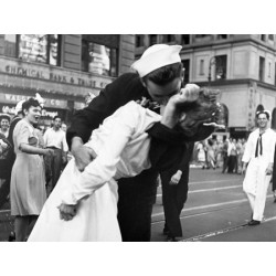 Victor Jorgensen Kissing the War Goodbye in Times Square, 1945 Quadro supporti e Misure Varie